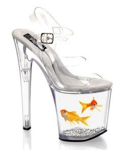 Los tacones son transparente. Los tacones contener pez dorados. Ellos son muy alto.