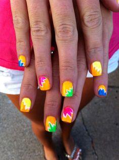 uñas de colores neon con motivos