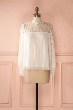 Elle aimait assortir des vêtements inspirés d'autrefois avec d'autres au look plus moderne.  She loved pairing clothes inspired by days gone by with an otherwise modern look. White Victorian-inspired lace blouse https://1861.ca/products/thalia-jour
