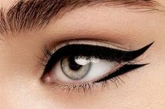 Take your winged eyeliner to new heights with these creative versions of the classic cat eye. Take your winged eyeliner to new heights with these creative versions of the classic cat eye. Edgy Makeup, Cat Eye Makeup, No Eyeliner Makeup, Eyeliner Ideas, Mua Makeup, Makeup Geek, Eyeliner Pencil, Eyeliner Flick, Eyeliner Liquid