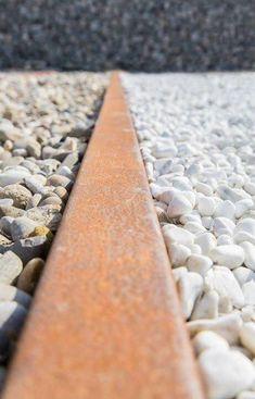 opzetstrips voor op een beton opsluitband. Leverbaar in RVS 316 of Cortenstaal. (zeeland tuinmaterialen)