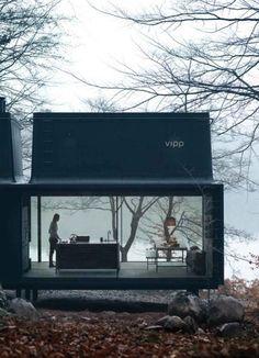 BINNENKIJKER; The Vipp Shelter, een minimalistisch, prefab, cabin van Deens design. Deze cabin heeft met zijn grote ramen, monochrome design en matte afwerking alles in huis om perfect van de natuur te kunnen genieten. En het mooie; de Vipp Shelter wacht op jouw op afgesproken plek, 6 maandan na bestelling.