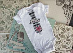 Malej kravataťák Bodicko s kravatou / aplikace z bavlny. Mohu vyrobit ve velikostech : 0-3mesice 3-6mesice 6-9, 12,18m material: organicka bavlna