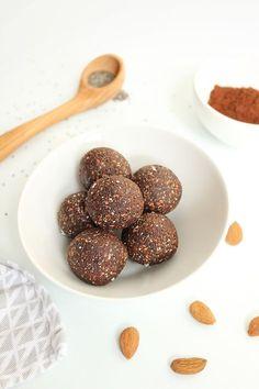 Energy balls au chocolat et graines de chia, ou aux bananes et noix de pécan Recette pour un goûter rapide ou pour partir en voyage