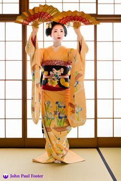 Mamehana of Gion Kobu performs the dance Hanagasa when she was a maiko (apprentice geisha) in Kyoto, Japan. Japanese Costume, Japanese Kimono, Yukata, Costume Japonais, Baile Jazz, Japanese Beauty, Asian Beauty, Geisha Art, Memoirs Of A Geisha