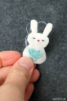 Free Felt Bunny Pattern - Mini Pocket Critter - Swoodson Says Have you been looking for a tiny little felt bunny pattern to sew? My kids love everything small and I wanted to think of something to sew that would fit in Felt Animal Patterns, Felt Crafts Patterns, Fabric Crafts, Sewing Crafts, Sewing Toys, Easy Felt Crafts, Felt Diy, Easy Easter Crafts, Easter Crafts For Adults