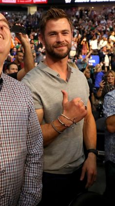Best Avenger, Hemsworth Brothers, Chris Hemsworth Thor, Mens Fashion Wear, Man Crush Everyday, Woman Silhouette, Sexy Men, How To Look Better, Handsome