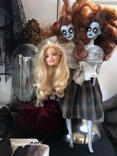 Get your creep on and start the Halloween celebrations early, by making some easy decorations like these zombie Siamese Twins. Soirée Halloween, Barbie Halloween, Halloween Fashion, Holidays Halloween, Halloween Queen, Barbie Decorations, Scary Halloween Decorations, Easy Decorations, Holiday Decorations