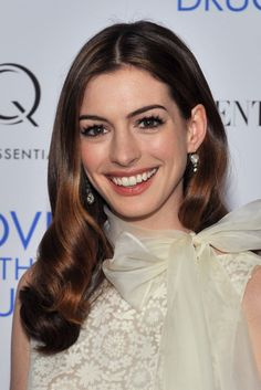 Anne arrived at a screening of her film Love and Other Drugs in a lace and chiffon dress. She opted for shiny, brushed-out curls, and her flirty lashes played up the sweetness of the bow along her neckline. Short Bob Hairstyles, Hairstyles Haircuts, Cool Hairstyles, Latest Haircuts, Latest Hairstyles, Anne Hathaway Makeup, Anne Jacqueline Hathaway, Brushed Out Curls, Medium Hair Styles