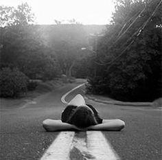 Sonsuzdur yol, kısaltılacak ya da eklenecek bir şey yoktur. Fakat yine de kendi çocuksu karışını tutar herkes yolun üzerinde. Ve gerçekten de bu bir karışlık yolu gitmen gerekir, senden esirgenmez bu. Franz Kafka / Aforizmalar https://www.muhteva.com/sonsuzdur-yol-kisaltilacak-ya-da-eklenecek-bir-sey-yoktur-fakat-yine-de-kendi/