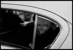 1954 / Marilyn en taxi dans les rues de New-York sous l'objectif de Sam SHAW.