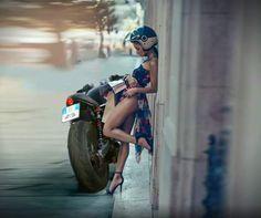 légèrement vêtue pour faire de la moto!