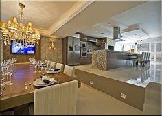 Home ClubeHome Club, projeto André Bertoluci e Flávia Caldeira. Ambiente bege e branco do jeito eu gosto. Feito para receber, a cozinha com churrasqueira é integrada ao estar, base neutra com muita madeira, como os armários da cozinha e a mesa de jantar.