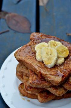 Pain Perdu // French Toast {vegan} - recette toute simple et hautement délicieuse et que je trouve personnellement beaucoup + saine que la version non-végane. Pour tout ceux qui se languissait du pain-perdu ;D je vous promet que vous allez retrouver le sourire avec cette recette :) -- recette en français & recipe in english ;-) Gourmet Breakfast, Breakfast Dessert, Vegan Breakfast Recipes, Vegan Snacks, Vegan Desserts, Raw Food Recipes, Sweet Recipes, Snack Recipes, Dessert Recipes