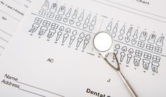 instrumentos dentários e equipamentos na carta dental Foto gratuita