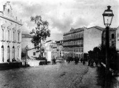 Rúa de Policarpo Sanz. Á esquerda o desaparecido Teatro Rosalía de Castro