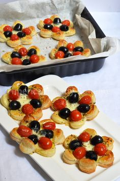 Hiperica Lady Boheme: Recipe savory puff pastry with olives and cherry tomatoes Finger Food Appetizers, Finger Foods, Appetizer Recipes, Antipasto, Tapas, Salty Foods, Food Humor, Appetisers, Creative Food