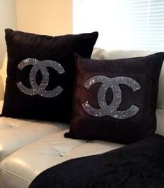 Almofada bordada com cristais swarovski da Chanel. Luxo no detalhe das almofadas.