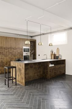 © Heidi Lerkenfeldt and Stylist Pernille Vest/CPH Editorial. Modern Industrial Decor, Industrial House, Living Room Kitchen, New Kitchen, Furniture Inspiration, Interior Inspiration, Dinner Room, Minimal Kitchen, Paint Colors For Living Room
