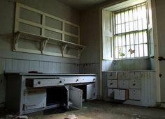 Grey Gardens Kitchen - very rare photo Edie Bouvier Beale, Edie Beale, Grey Gardens House, Gray Gardens, Abandoned Houses, Abandoned Places, Grey Kitchens, East Hampton, The Hamptons