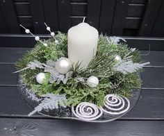 Benefit from the most wonderful time of a given year into the fullest through all of these Christmas candles. Christmas Flower Arrangements, Christmas Flowers, Silver Christmas, Christmas Candles, Christmas Home, Christmas Wreaths, Christmas Crafts, Modern Christmas Decor, Christmas Table Decorations