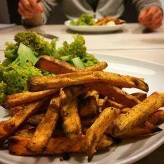 Recept voor krokante ovenfriet van zoete aardappel! Met tip om ze echt lekker krokant te maken! Lekker en gezond. Healthy Cooking, Healthy Snacks, Healthy Eating, Healthy Recipes, Delicious Recipes, Feel Good Food, Love Food, Pureed Food Recipes, Cooking Recipes