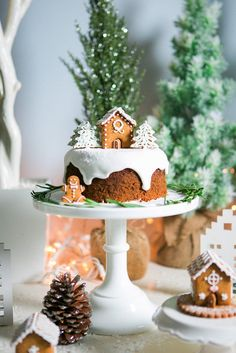 Cake from a Holiday Craft & Cookie Party via Kara's Party Ideas… Christmas Cake Designs, Christmas Cake Decorations, Christmas Sweets, Holiday Cakes, Christmas Gingerbread, Christmas Cooking, Christmas Desserts, Holiday Treats, Christmas Cakes