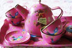 cute pink tin tea set Don't like the tin Vintage Tins, Vintage Dishes, Vintage Metal, Childrens Tea Sets, Tea Party Setting, Tea Glasses, Tea Pot Set, Teapots And Cups, Toy Kitchen