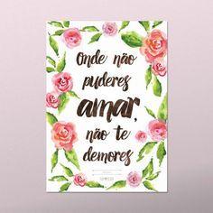 Onde não puderes amar, não te demores! Esta bela frase de Frida Kahlo pode ir para a sua parede, confira estes e outros pôsters para decoração no nosso site.