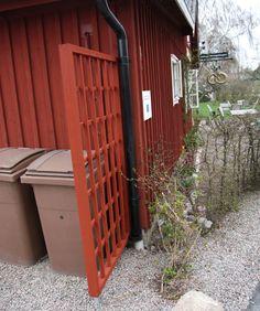 Vår vid varuintaget – Sara bakar Trellis, Plank, Gardening Tips, Tiny House, Shed, Cottage, Outdoor Structures, Garage, Decor