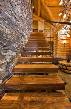 escalier loft, pas en bois près d'un mur magnifique en pierre