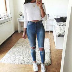 look combinando. Sutiã camiseta branca de manga comprida  e Calcinha alta e calça jeans com rasgado nos joelhos...