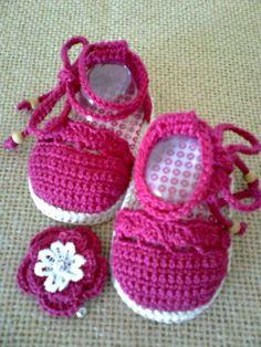 *** NOVIDADE *** Sapatinho para bebê inspirada na famosa Espadrille ou Alpargata com o solado lembrando corda bem no estilo verão, feito em crochê com linha 100% algodão, pode ser feita em várias cores, acompanha uma presilha de cabelo em fuxico ou em crochê (vários modelos de flores) P - 0 a 3 meses - 8 cm M - 3 a 6 meses - 9 cm G - 6 a 9 meses - 10 cm especial - 11 cm (somente se tiver certeza que o pé é grandinho ou nenê especial) * Se o nenê tiver nascido e for possível meça ... Booties Crochet, Crochet Baby Boots, Crochet Baby Sandals, Baby Girl Crochet, Crochet Baby Clothes, Crochet Shoes, Baby Booties, Knit Crochet, Crochet Patron