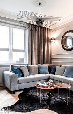 Интерьер гостиной комнаты с оригинальной люстрой