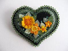 *FELT ART ~ Lovely heart stuff: Felt miniatures from Paulette Racanelli Felted Wool Crafts, Fabric Hearts, Felt Decorations, Felt Christmas Ornaments, Felt Brooch, Felt Patterns, Felt Applique, Felt Fabric, Felt Hearts
