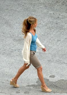 Jennifer Aniston in wedges on the set of Marley and Me in Miami