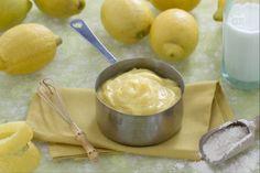La crema al limone è una deliziosa crema pasticcera aromatizzata con la scorza di limone, ideale per farcire pan di spagna o da gustare con i biscotti