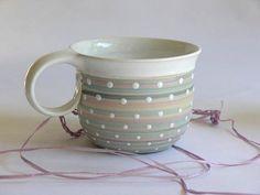 Něžný... Velejemné odstíny matné světlonce modré, béžové a růžové barvy, překryté lesklými bílými tečkami.... něžné, uklidňující, stejně jako čaj či káva, která vám zpříjemní den. Tento objem nejemnší z nabízených... 3dcl - na menší čaj či akurátní kávu s mlékem:) Myčka i mikrovl.t. vhodná