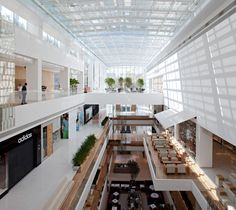 JK Iguatemi is the most luxurious mall in the financial heart of São Paulo… Shopping Mall Interior, Retail Interior, Glass Panel Wall, Panel Walls, Shoping Mall, Retail Architecture, Mall Design, Hotel Lobby, Retail Shop