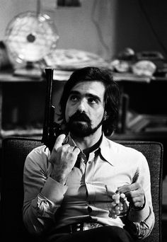 Martin Scorsese with one of the guns used by Robert De Niro on the set of Taxi Driver Photo Steve Shapiro 1976 Martin Scorsese, Stevie Ray Vaughan, Chauffeur De Taxi, Werner Herzog, Cybill Shepherd, Doctor Who, Fritz Lang, Image Film, Gene Kelly