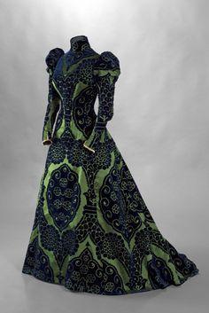 De garderobe van Élisabeth, gravin Greffulhe wordt voor het eerst tentoongesteld, in Palais Galliera te Parijs.