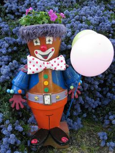 Un clown en pot de terre Clay Pot Projects, Clay Pot Crafts, Diy Clay, Diy Crafts, Flower Pot People, Clay Pot People, Clay Flower Pots, Flower Pot Crafts, Painted Clay Pots