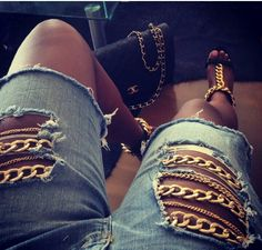 add chain hardware to rip jeans for a unique, edgy look!, wear tights underneath for modest look Diy Fashion, Ideias Fashion, Womens Fashion, Fashion Trends, Denim On Denim, Estilo Denim, Diy Shorts, Diy Vetement, Edgy Look