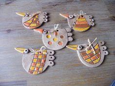 Jarní+ptáček+-+oranžový+ze+šamotové+hlíny,+cena+za+1+ks+podle+výběru,+délka+10+cm Ceramics Projects, Polymer Clay Projects, Clay Crafts, Diy Clay, Diy And Crafts, Clay Birds, Ceramic Birds, Ceramic Animals, Ceramic Clay