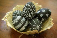 Auch eine besondere Art Ostereier zu verschönern: einfach mit Kreidefarbe grundieren und dann mit Kreide bemalen.