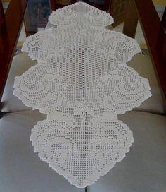 Caminho de mesa em crochê filê