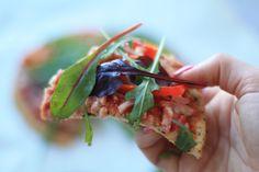 pizza lowcal lowcarb lågkalori: Bund/botten/crust;  2 æg 2 spsk skyr 2 spsk kokosfibermel 4 måleskeer husk (loppefrøskaller) 1 tsk oregano 1 knivspids salt