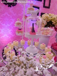 A paleta de cores escolhidas da vez foi: tons de rosa+ preta+ branca. Para dar um toque mais romântico, incluímos pérolas, bandejas ...