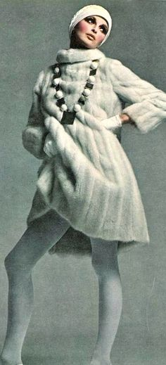 Vogue <3 October 1968 .... wow now they need to copy this into a good faux fur Sixties Fashion, Mod Fashion, Fashion Photo, Vintage Fashion, Fashion Trends, Fashion Poses, Vintage Fur, Vintage Vogue, Vintage Ladies