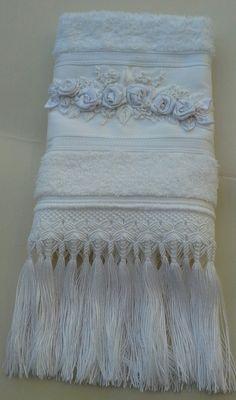 Delicada toalha de rosto totalmente branca, com bordado de fita e acabamento em macramé.
